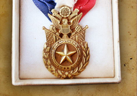 Gold Star Mother' Badge